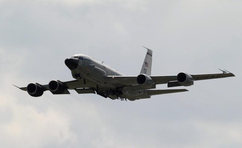 中國國防部13日宣布,將在台灣海峽及南北兩端舉行軍事演習,美軍則立即出動軍機在台海南側巡弋,同時從美國本土派出軍機,進駐位在日本沖繩的嘉手納空軍基地;而今(14日)日美軍再派RC-135偵察機執行任務,美海軍發言人亞當(James Adam)則強調,美國是一個印太國家,致力於保持參與該地區的事務。圖為RC-135同型機。(歐新社)