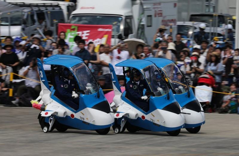「少年藍色衝擊波」摩托車隊歷年來會在「松島基地航空祭」上作特技表演。(圖翻攝自Twitter)