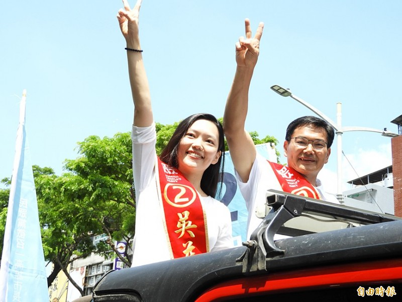 Kaohsiung City Councilor Wu Yi-jheng, right, the Taiwan People's Party's Kaohsiung mayoral by-election candidate, gestures alongside his daughter Wu Lo-ying on a campaign truck in the city yesterday. Photo: Ko Yu-hao, Taipei Times