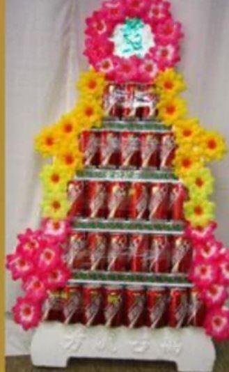 喪禮用的罐頭塔。(圖擷自爆廢公社二館)
