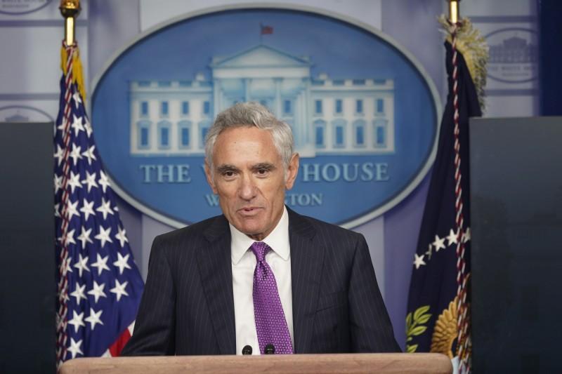 美國總統川普日前宣布,白宮團隊加入一名新的防疫顧問亞特拉斯,兩人對於防疫政策的看法相近。(歐新社)