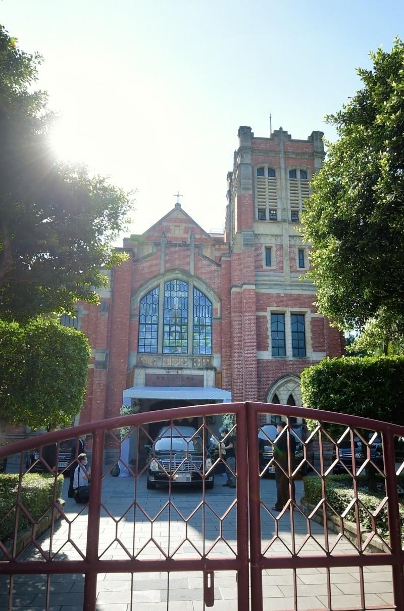 故前總統李登輝14日移靈濟南教會。(記者方賓照攝)