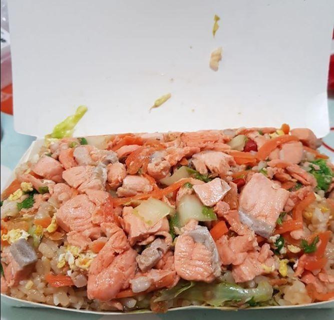 原PO貼出在台北市萬華買的超佛心鮭魚炒飯,看起來非常豐盛。(圖擷自爆怨公社)