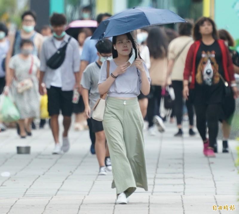 明天天氣各地大多為晴到多雲,大台北地區高溫恐破36度。(記者黃志源攝)