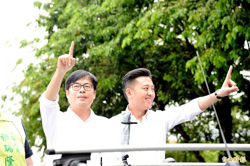 Former vice premier Chen Chi-mai, left, the Democratic Progressive Party's Kaohsiung mayoral by-election candidate, gestures alongside Hsinchu Mayor Lin Chih-chien at a rally in the city yesterday. Photo: Hsu Li-juan, Taipei Times