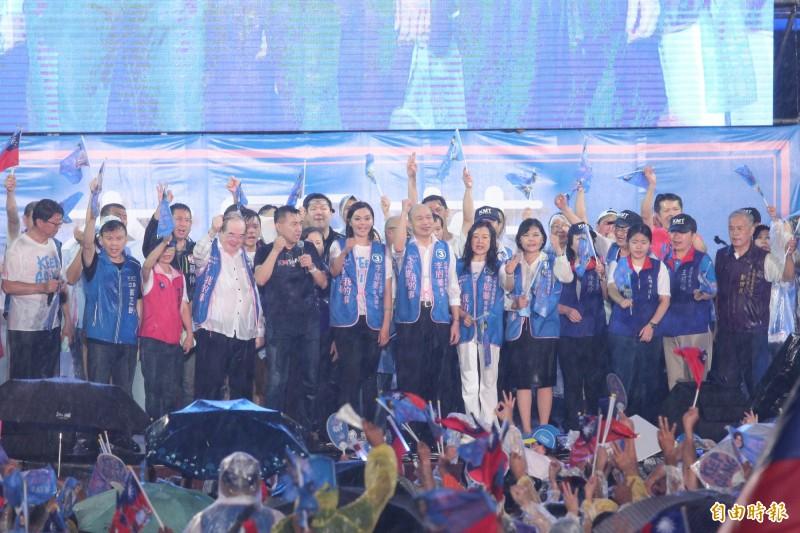 韓國瑜為李眉蓁站台,在大雨中造勢。(記者李惠洲攝)