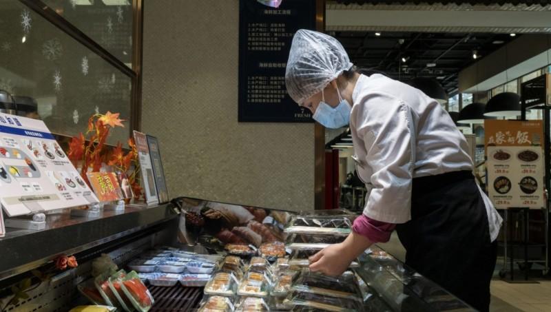 中國廣東深圳1名超市女員工確診武漢肺炎,當局防疫工作急拉警報。(彭博檔案照)
