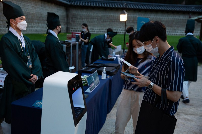 南韓今新增85例本土病例,多數來自首爾及周邊地區。圖為遊客戴著口罩參觀首爾昌德宮。(歐新社)