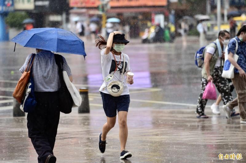 中央氣象局指出,今天(14日)天氣不穩定,東半部地區及恆春半島有局部短暫陣雨或雷雨,西半部地區午後雷雨範圍也會增加。(資料照)