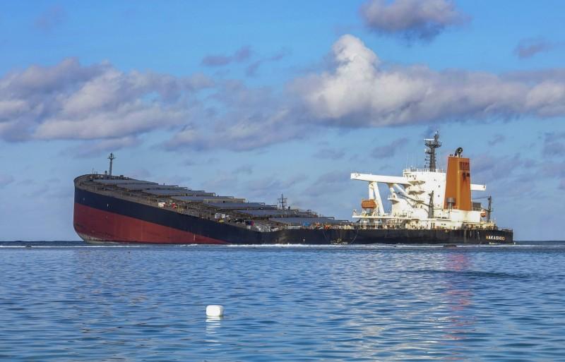 日本商船三井集團營運的大型貨輪「若潮號」,上月25日在印度洋島國模里西斯近海觸礁,大量燃油外洩造成當地生態浩劫。(歐新社)