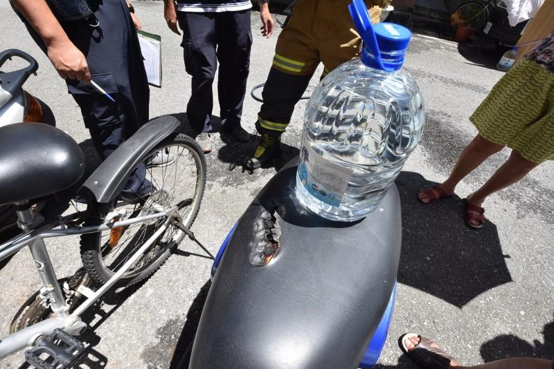 高溫透過太陽折射產生聚焦熔點,放置在機車座墊的桶裝水將座墊燒出一個大洞。(記者陳賢義翻攝)