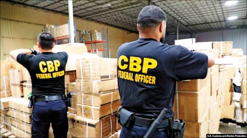 美國海關與邊境保護局人員日前在紐約扣押一批疑似在中國新疆用人髮製作的進口產品。(取自網路)