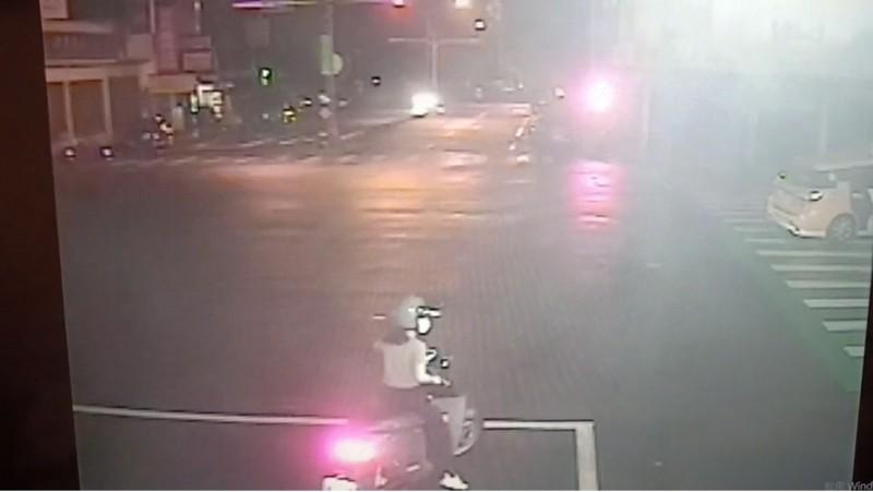 路口監視器顯示,計程車直接撞上安全島(圖右)。(記者張瑞楨翻攝)