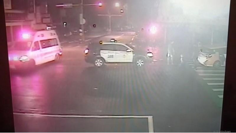 警察與救護車迅速抵達,但計程車(圖右)司機已昏迷。(記者張瑞楨翻攝)