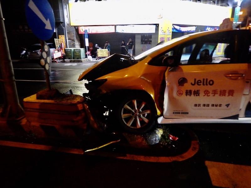 計程車直接衝撞安全島,車頭嚴重損毀。(記者張瑞楨翻攝)