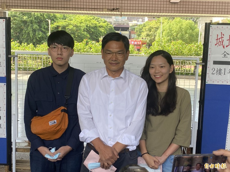 吳益政(中)表示,好像剛牽著女兒(吳洛瑩)、兒字(吳東燁)來幼稚園,一轉眼就是他們陪我來投票。(記者黃旭磊攝)