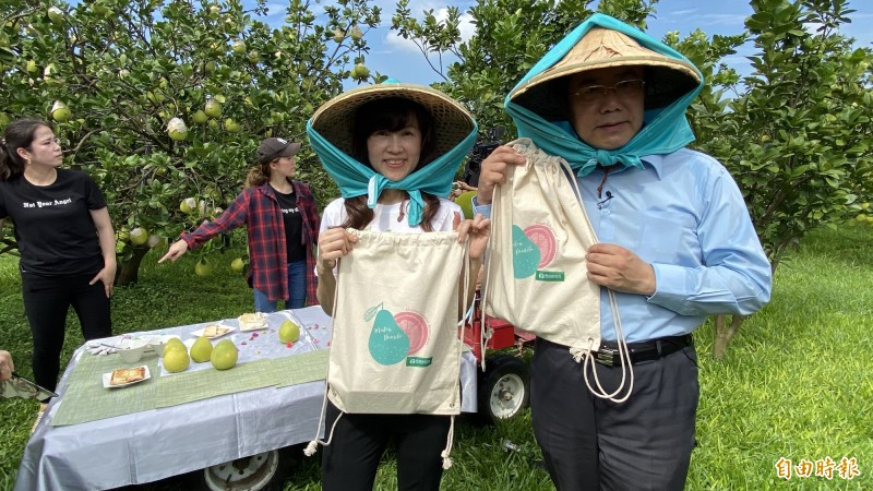 台南市長黃偉哲(右一)、麻豆農會總幹事孫慈敏(右二)展示到柚園採果樂的時尚背包。(記者楊金城攝)