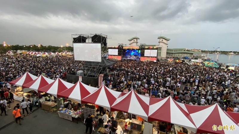 台南夏日音樂節「將軍吼」首日「王者降臨」今晚在將軍漁港登場,人潮在下午開始湧進,目前已有2萬人,創下歷年最佳紀錄。(記者楊金城攝)
