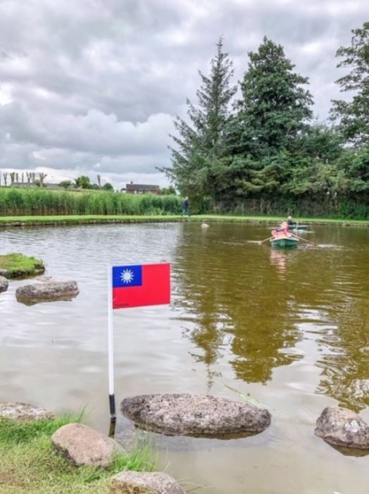 代表台灣的中華民國國旗,昂然矗立在島型石頭旁,感動不少台灣網友的心。(圖擷取自駐丹麥台北代表處臉書)