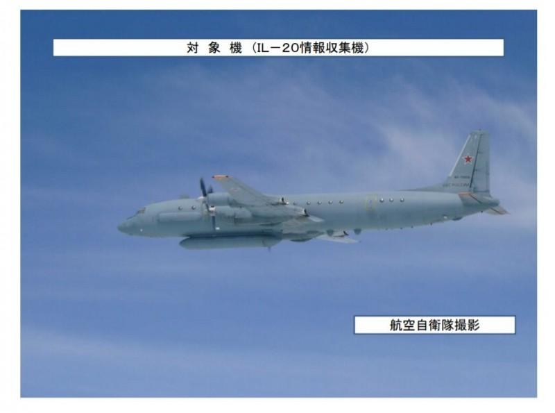 日本防衛省統合幕僚監部在昨天(8月14日)通告,指出有架俄羅斯的伊留申-20電子偵察機(見圖)在昨天闖入日本西北方的防空識別區,日本航空自衛隊緊急升空戰機因應。(圖擷取自統合幕僚監部twitter)