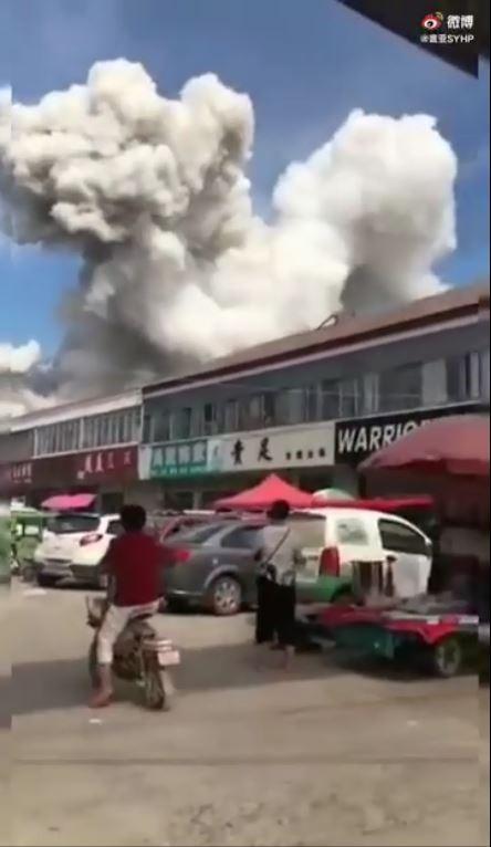 根據現場目擊影片指出,爆炸當時先是天空竄出巨型的白色魔菇雲,之後又傳來爆炸聲。(圖擷取自微博)