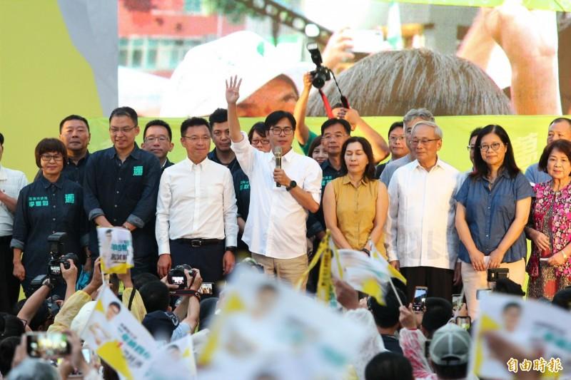 民進黨陳其邁囊括7成選票,光榮贏得高雄市長補選一役,發表當選感言。(記者李惠洲攝)