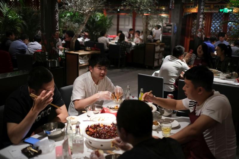 中國遼寧省再推出「N-2點餐模式」,即10人用餐只能點8個人的菜,網友砲轟。(路透社示意圖)