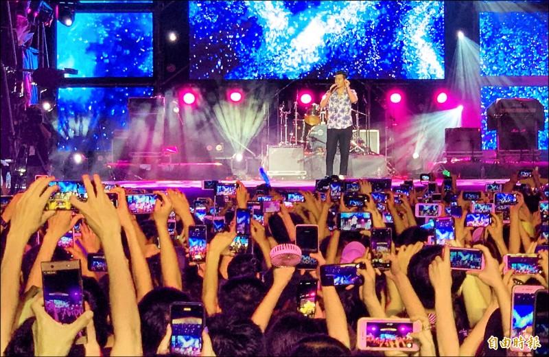 歌手周興哲壓軸,歌迷高舉手機拍照、錄影。(記者楊金城攝)