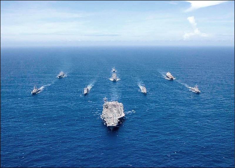 美國海軍十四日聲明,為支持自由、開放印太地區,航空母艦「雷根號」打擊群當天駛入南海,實施海上防空作戰演習。軍事學者分析,美軍此舉是在防止共軍假借演習進行軍事蠢動。(圖取自「雷根號」航空母艦臉書)