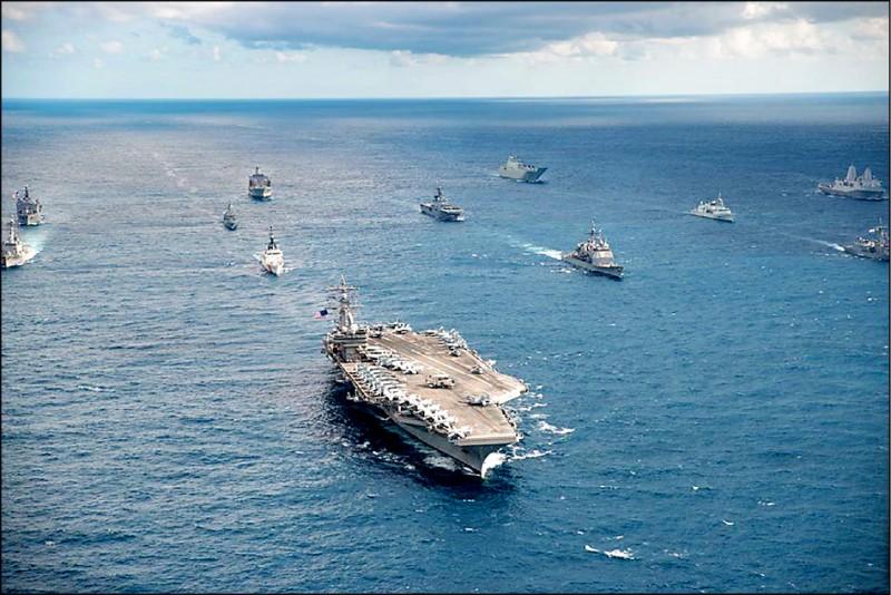 共軍宣布近日在台海演習,美軍也宣布雷根號航空母艦打擊群十四日進入南海演訓。對此,軍事學者蘇紫雲認為,雷根號對台灣的意義,就是會協助盟國抵禦侵略。圖為雷根號航艦與日本、澳洲艦艇聯合軍演。(圖取自「雷根號」航空母艦臉書)