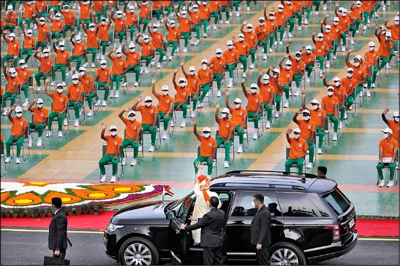 印度總理莫迪十五日在新德里紅堡舉行的印度獨立日慶祝活動上發表演說與校閱部隊,離去時還向場上大批為防範新冠病毒傳播而戴上口罩與保持社交距離的軍校生揮手致意。(美聯社)