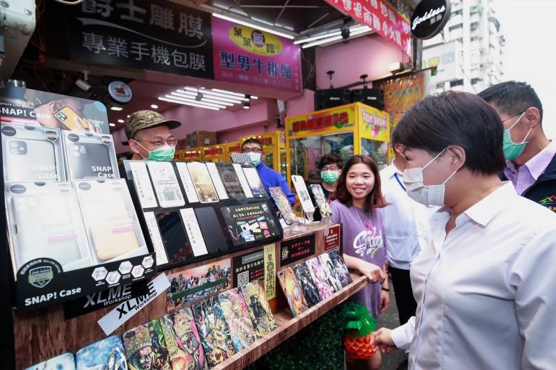 台中購物節消費金額已突破50億元,圖為台中市長盧秀燕關心業者營業情況。(圖由經發局提供)