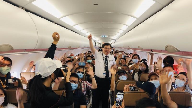 星宇航空今天推出第二梯次偽出國飛行體驗,星宇航空表示,為感謝粉絲長久以來的支持,並慰勞辛苦工作的員工,董事長張國煒特別邀請40名粉絲、員工及親友一起到空中放暑假。(星宇航空提供)