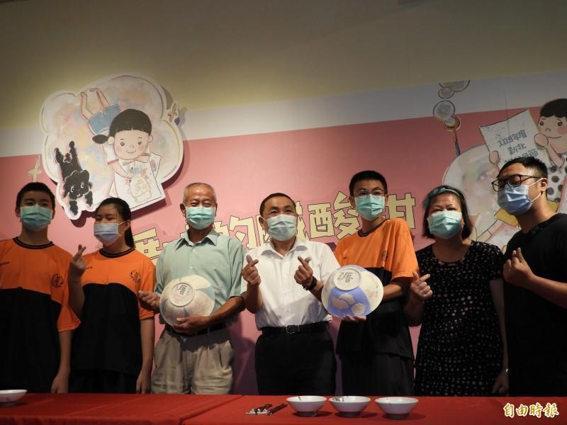新北市長侯友宜出席祖父母節慶祝活動,與阿公、阿嬤們一起彩繪陶碗。(記者賴筱桐攝)