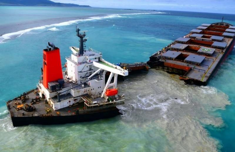 在模里西斯近海觸礁的日本貨輪「若潮號」,在當地時間15日下午斷裂,船內剩餘的燃油恐流入海洋。(圖擷自臉書粉專Mobilisation Nationale Wakashio)