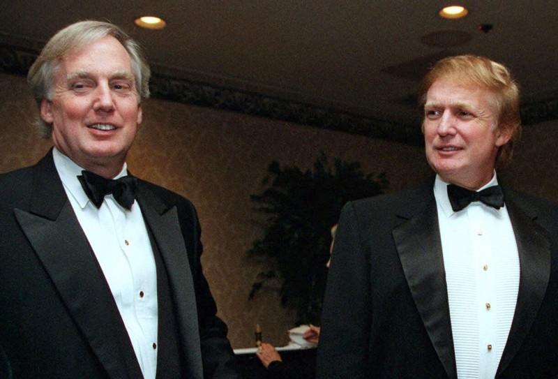 美國總統川普的弟弟羅伯特(左)在當地時間16日晚間病逝。(美聯社資料照)