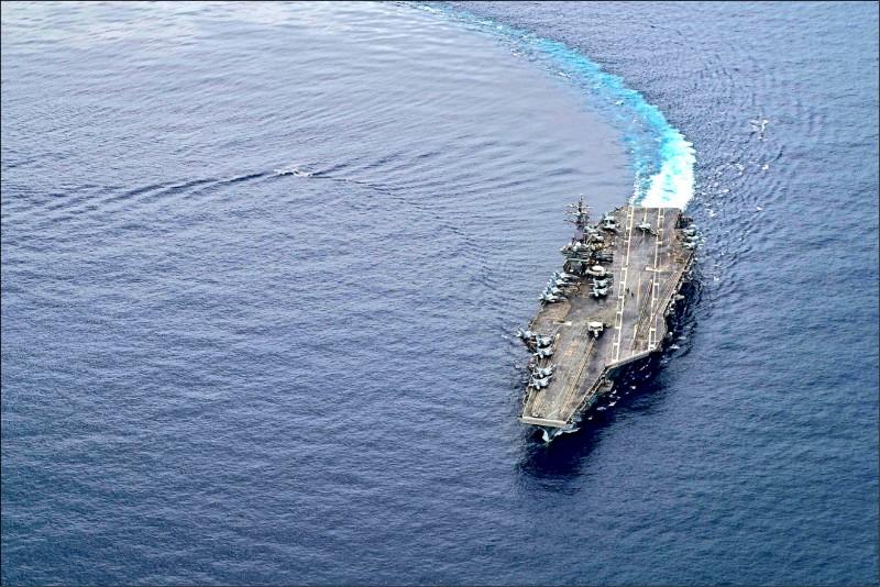 中國人民解放軍在台灣海峽和南北兩端舉行實戰化演練,美國「雷根號」航空母艦打擊群也航行至東沙島東方海域,美軍還調派EP-3E偵察機在我國西南方空域一帶巡弋,較勁意味濃厚。圖為雷根號7月初在南海巡弋。(歐新社檔案照)