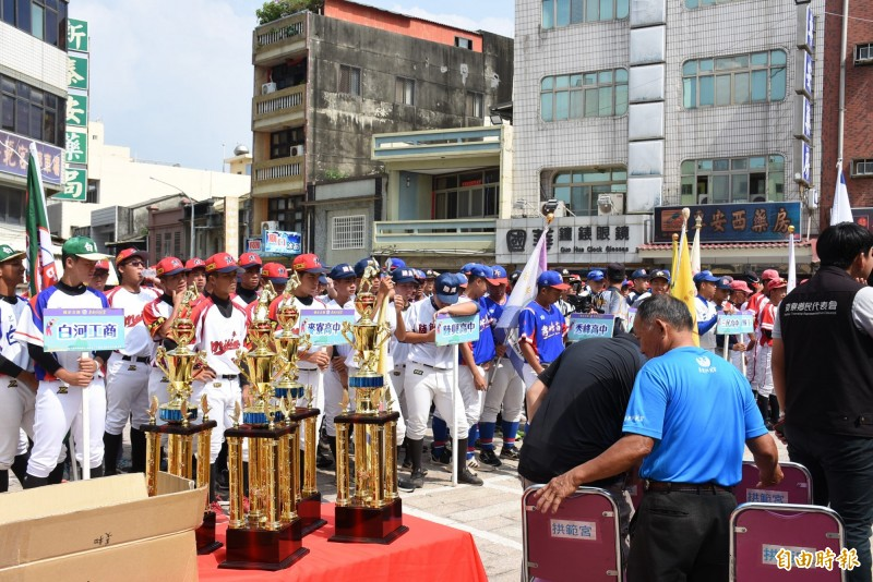 2020拱範宮媽祖宮棒球賽開幕,12隊爭取冠軍獎盃。(記者林國賢攝)