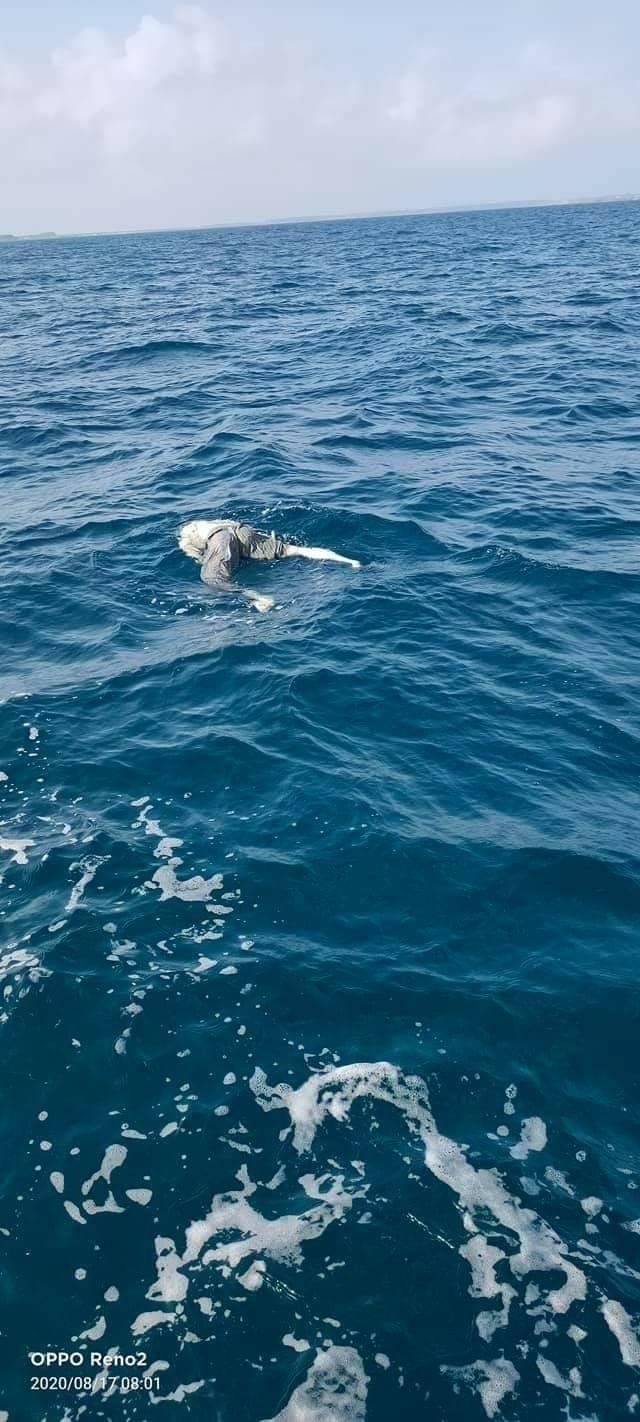 海洋廢棄物假人漂流海域,讓發現民眾嚇了一大跳。(民眾提供)