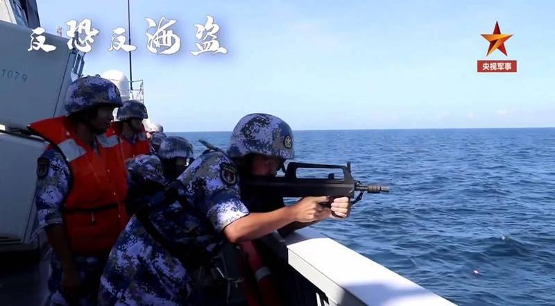 張競指出,輕武器射手是操作人員,捲起袖子,未著救生衣,有違艦艇甲板面操作人員應著救生衣基本理則。(圖取自張競臉書)