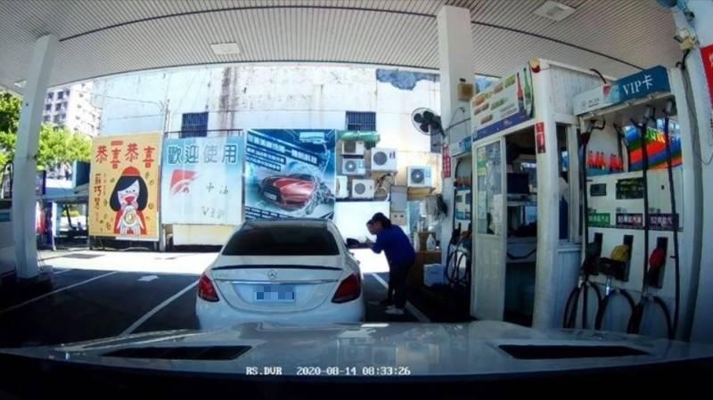 1名白色賓士駕駛人引發的加油風波持續延燒,讓加油員加油前要與客人重複確認加油金額。(圖取自爆怨公社)