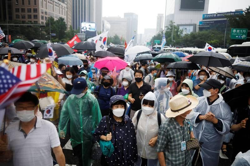 南韓首都圈再爆大型教會群聚感染事件,包含教會成員在內的大批民眾15日在首爾舉行反政府示威。(路透社)