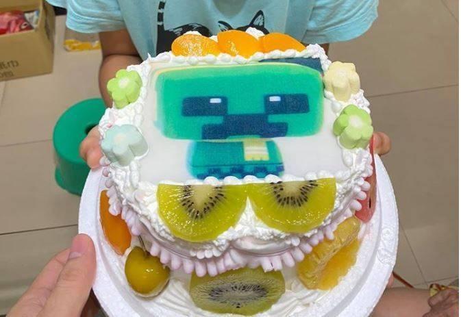 原PO就讀國小的兒子一開始拿著造型蛋糕。(圖擷自爆廢公社)