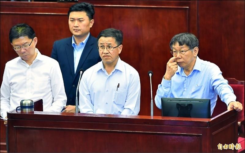 左至右依序為台北市場處長陳庭輝、畜產公司總經理姚量議、畜產公司董座葉文忠、台北市長柯文哲。(資料照)