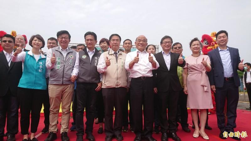 行政院長蘇貞昌(前右4)今天在台南市長黃偉哲(前右5)等人陪同下,參加南市安平再生水廠開工典禮。(記者洪瑞琴攝)