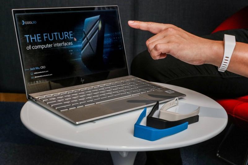 台科大與「酷手科技」合作研究開發創新的手勢控制人機介面技術,透過手環上的感測器偵測手腕肌動,只要動動手指,就能將人手變成遙控器。(圖由台科大提供)