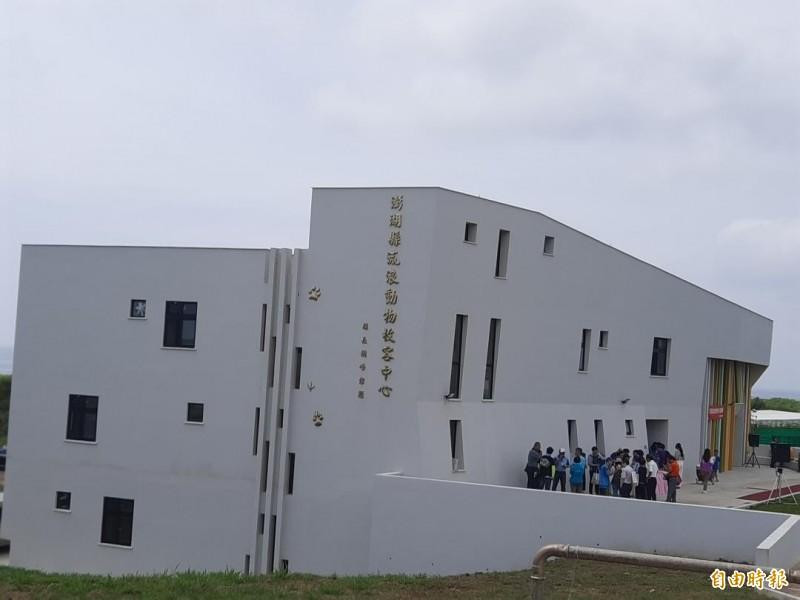 新建烏崁流浪動物中心甫落成啟用,就傳出收容空間不足問題。(記者劉禹慶攝)