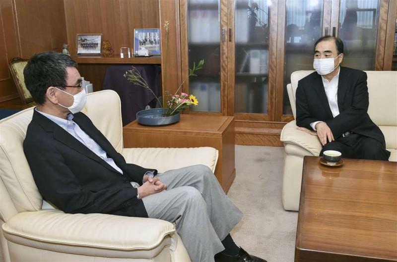 日本防衛相河野太郎今天與中國駐日大使孔鉉佑會談,要求中方克制在釣魚台周邊海域的活動。(取自產經新聞)