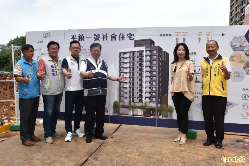 鄭文燦(左4)等人視察平鎮一號社會住宅工程進度,並透露市府蓋的社宅詢問度很高。(記者李容萍攝)