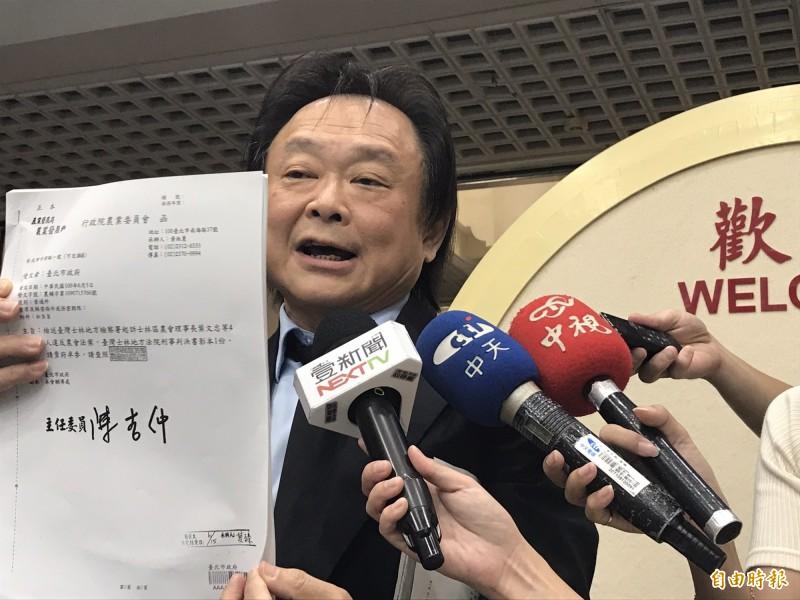 台北市議員王世堅今受訪時批評台北畜產公司人事案。(記者楊心慧攝)